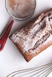 Czekoladowy tort, śmignięcie, durszlak na bielu talerzu Zdjęcie Stock