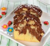 Czekoladowy tort dekorujący z lodowaceniem Zdjęcia Royalty Free
