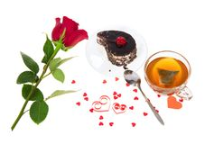 Czekoladowy tort, gorąca herbata i czerwieni róża, zdjęcie royalty free