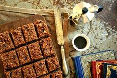 Czekoladowy tort i kawa na roczniku wsiadamy Fotografia Royalty Free