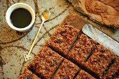 Czekoladowy tort i kawa na roczniku wsiadamy Obrazy Royalty Free