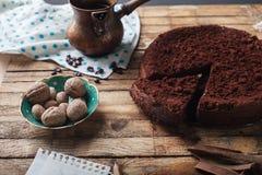 Czekoladowy tort, kawa i cynamonowi kije, Zdjęcia Stock