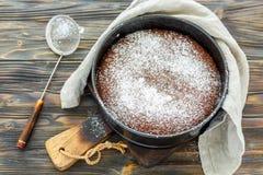 Czekoladowy tort kropiący z sproszkowanym cukierem obraz stock