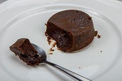 Czekoladowy tort na bielu talerza clolse-up Obraz Royalty Free