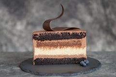 Czekoladowy tort na ciemnym tle Obrazy Royalty Free