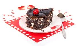 Czekoladowy tort na czerwonej pielusze z sercami obraz stock