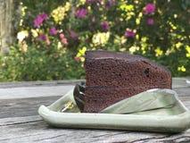 Czekoladowy tort na drewnianym stole Obrazy Royalty Free