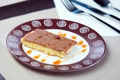 Czekoladowy tort na talerzu Zdjęcie Royalty Free