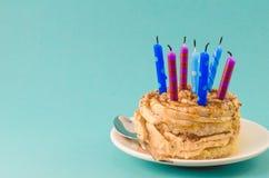 Czekoladowy tort z śmietanką i udziałami świeczki na błękitnym tle zdjęcie royalty free