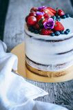 Czekoladowy tort z śmietankowym zdjęcia royalty free