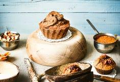 Czekoladowy tort z banią i orzechami włoskimi, jesieni pieczenie, wieśniak Obrazy Stock