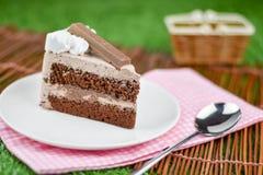 Czekoladowy tort z bat śmietanką i czekolady opłatkową polewą fotografia royalty free