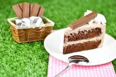 Czekoladowy tort z bat śmietanką i czekolady opłatkową polewą obraz royalty free