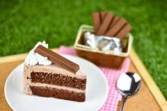 Czekoladowy tort z bat śmietanką i czekolady opłatkową polewą na gr obraz stock
