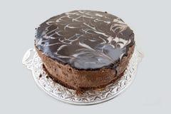 Czekoladowy tort z czekoladowym fudge mżył lodowacenie na tacy obrazy royalty free