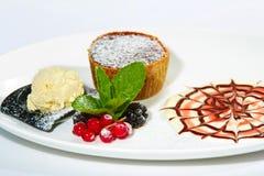 Czekoladowy tort z czernicą Obraz Royalty Free