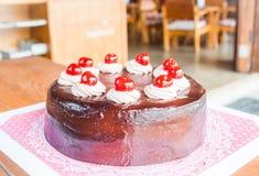 Czekoladowy tort z czerwoną wiśnią Zdjęcia Royalty Free