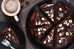 Czekoladowy tort z gorącym czekoladowym kumberlandem i smażącymi hazelnuts zdjęcie royalty free