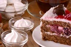 Czekoladowy tort z herbacianą filiżanką i bezami Fotografia Stock