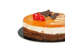 Czekoladowy tort z karmelem na odgórny odosobnionym zdjęcia royalty free