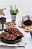 Czekoladowy tort z kawałami czekolada i dokrętki obraz royalty free