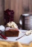 Czekoladowy tort z kremowym serem, surowa wiśnia na bielu talerzu Fotografia Stock