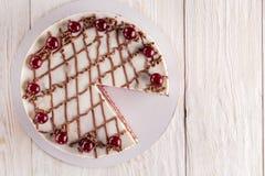 Czekoladowy tort z mousse, dekorować wiśnie Zdjęcie Royalty Free