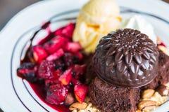 Czekoladowy tort z owocową brzoskwinią, czarny rodzynek, czarna jagoda Obrazy Stock