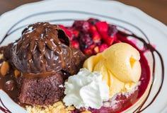 Czekoladowy tort z owocową brzoskwinią, czarny rodzynek, czarna jagoda Obraz Royalty Free