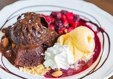 Czekoladowy tort z owocową brzoskwinią, czarny rodzynek, czarna jagoda, jabłko Fotografia Stock