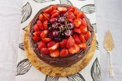 Czekoladowy tort z truskawkowym i wesoło Zdjęcia Royalty Free