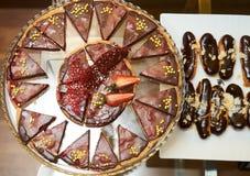 Czekoladowy tort z truskawkowymi i czekoladowymi eclairs zdjęcia royalty free