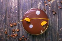 Czekoladowy tort z wystrojem, ciastko, galareta, jagody i mennica na drewnianym stojaku, zdjęcia royalty free