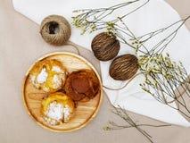 Czekoladowych i waniliowych choux kremowy chuch z świeczką zdjęcia royalty free