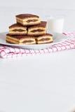 Czekoladowych tortów pustynia na białym talerzu Fotografia Royalty Free
