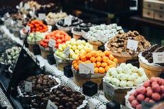 Czekoladowych trufli, cukierków i cukierków sklep na gablocie wystawowej w fabrycznym sklepie, Zdjęcie Stock