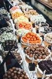 Czekoladowych trufli, cukierków i cukierków sklep na gablocie wystawowej w fabrycznym sklepie, Zdjęcia Royalty Free