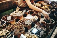 Czekoladowych trufli, cukierków i cukierków sklep na gablocie wystawowej w fabrycznym sklepie, Obrazy Stock