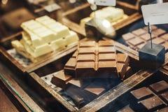 Czekoladowych trufli, cukierków i cukierków sklep na gablocie wystawowej w fabrycznym sklepie, Zdjęcia Stock