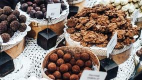 Czekoladowych trufli, cukierków i cukierków sklep na gablocie wystawowej w fabrycznym sklepie, Obrazy Royalty Free