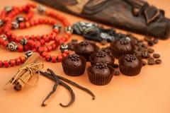 Czekoladowych trufli, cynamonu, wanilii i afrykanina atrybuty, Fotografia Stock