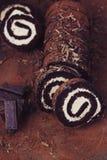 Czekolady i karmelu rolki tort Zdjęcie Stock