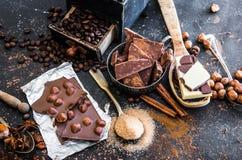 Czekolady, kakaowych i różnorodnych pikantność na stole, Zdjęcia Royalty Free