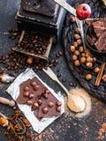 Czekolady, kakaowych i różnorodnych pikantność na stole, obrazy stock