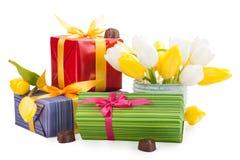 Czekolady, prezenty i tulipany, Zdjęcia Stock