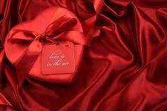 Czekolady pudełko z prezent kartą na atłasie Fotografia Stock