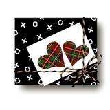 Czerń ściska prezent teraźniejszości pudełko, całuje i wiązanego smyczkowego łęku i dwa szkocka krata tartanu serc z notatką Opak Zdjęcia Royalty Free