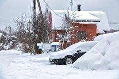 Czerń brudny samochód pod śniegiem Dryfy nad samochód ciężki opad śniegu Zamarznięty samochód w snowdrift zima problemy zaczynać  zdjęcia stock