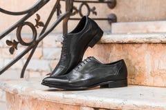 Czerń butów mężczyzna na menchia marmuru krokach Fotografia Stock