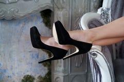 Czerń buty, nogi W błękitnym pokoju, salowym luz zdjęcia stock